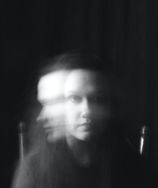Kvinna som skakar på huvudet i panik - legitimerad psykolog Kristoffer Pettersson Stockholm