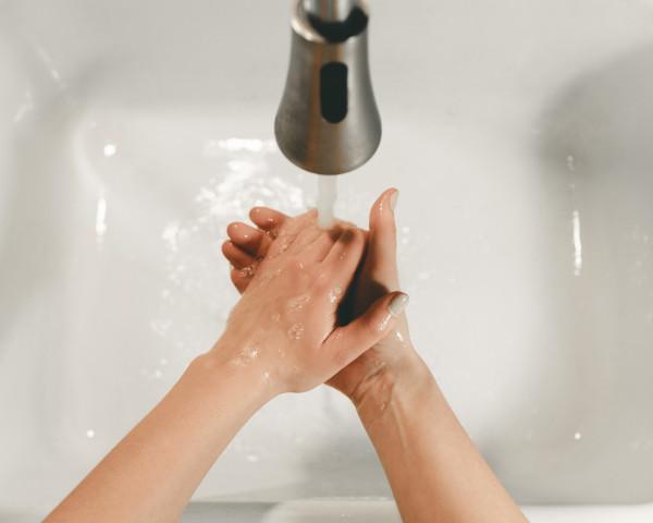 Person med tvångssyndrom tvättar händerna - legitimerad psykolog Kristoffer Pettersson Stockholm