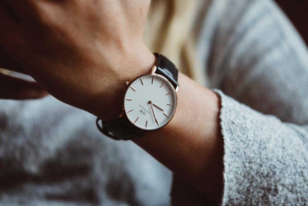 Klocka på arm, tid, stressad - legitimerad psykolog Kristoffer Pettersson Stockholm